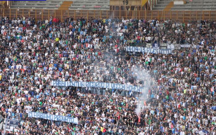 Napoli-Cagliari, spalti e striscioni